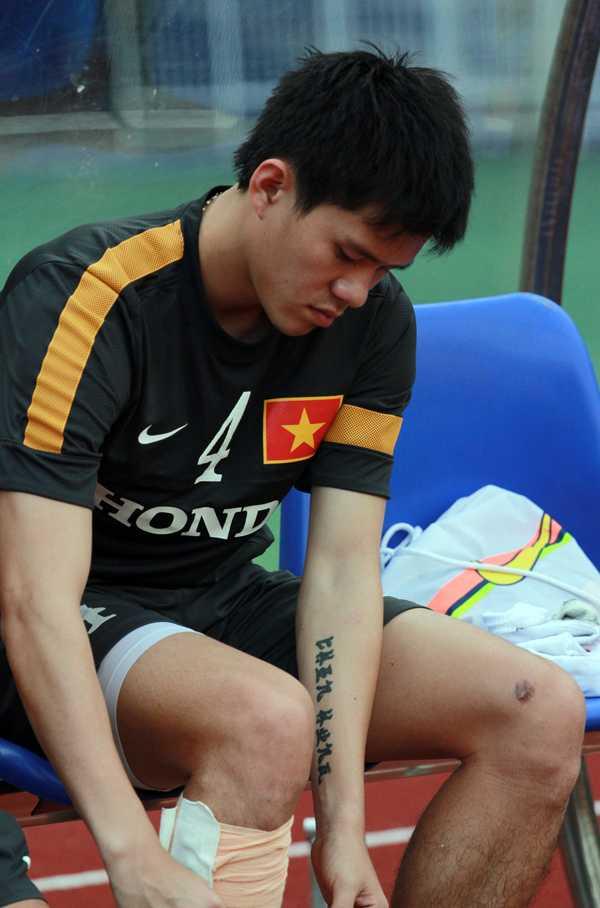 Thanh Hào dù bị đau nhưng vẫn cố ra sân tập buổi chiều nay.