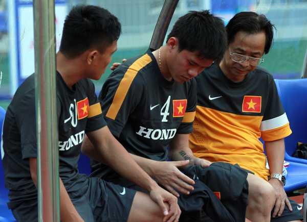 Phó chủ tịch VFF Nguyễn Lân Trung và hậu vệ cánh Quang Hùng cùng động viên trung vệ số 4