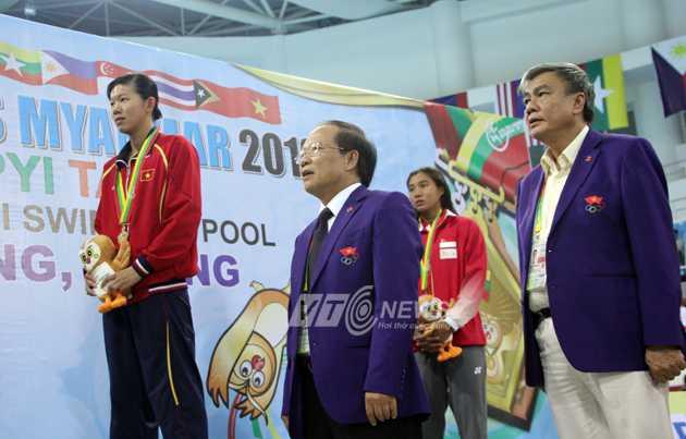 Bộ trưởng Bộ VHTT&DL Hoàng Tuấn Anh chao huy chương cho Ánh Viên