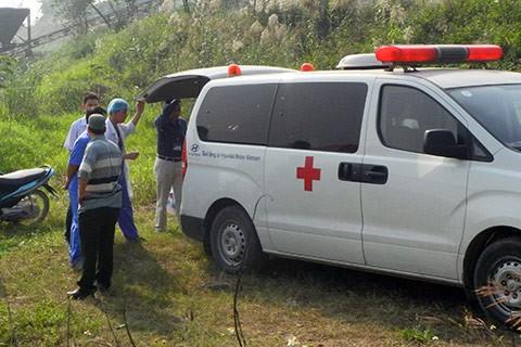 Bác sỹ pháp y cùng với công an bên bờ sông Hồng chân cầu Thanh Trì trong cuộc tìm kiếm hôm 26/10.