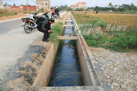 Nước thải có màu đen, mùi hôi nồng nặc chảy ra máng thoát nước thải của nhà máy ngay cạnh đường giao thông nhưng không có nắp đậy - Ảnh Minh Khang