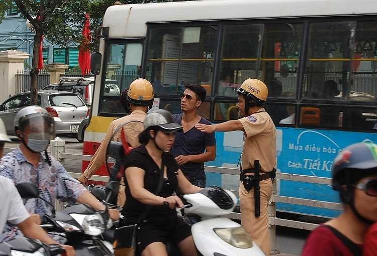 CSGT dừng xe người vi phạm. Ảnh minh họa: Nguyễn Dũng