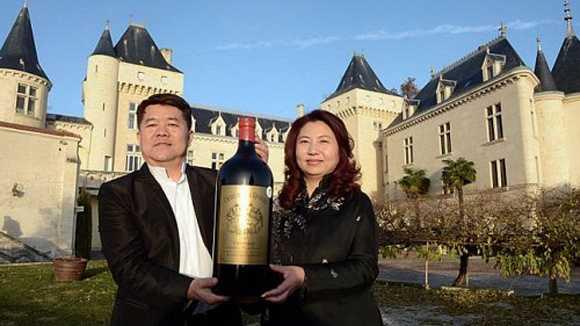 Vợ chồng Lam Kok chụp ảnh kỷ niệm trước lâu đài Chateau de la Riviere