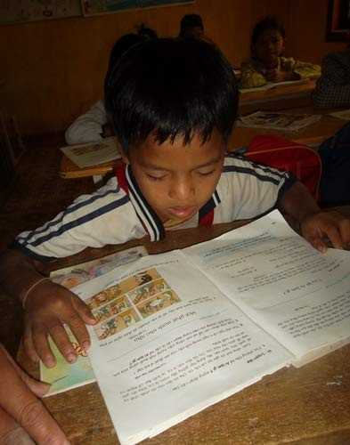 Em Đinh Nôkia trong giờ học trên lớp.