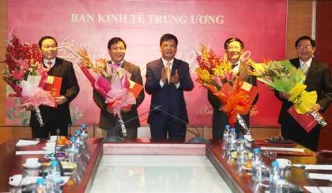 Ông Trần Lưu Hải, Ủy viên Trung ương Đảng,   Phó Trưởng Ban Thường trực Ban Tổ chức Trung ương thay mặt   Bộ Chính trị trao quyết định.