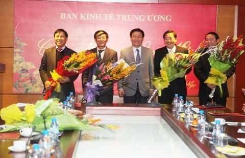 GS.TS Vương Đình Huệ, Ủy viên Trung ương   Đảng, Trưởng ban Kinh tế Trung ương tặng hoa chúc mừng các vị trí mới của Ban