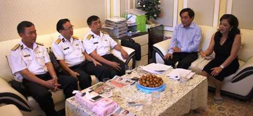 Đại diện lãnh đạo Bộ Tư lệnh Quân chủng Hải quân (trái) trong buổi tiếp xúc vợ chồng bà Hằng để tiếp nhận tài sản ủng hộ bộ đội Trường Sa. Ảnh: Phan Cường