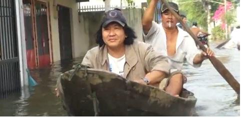 Người Sài Gòn chèo ghe, bắt cá trong triều cường lịch sử. Nguồn: VNE
