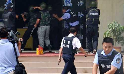 Cảnh sát Trung Quốc trong một cuộc đụng độ với những kẻ nổi loạn ở Tân Cương năm 2011