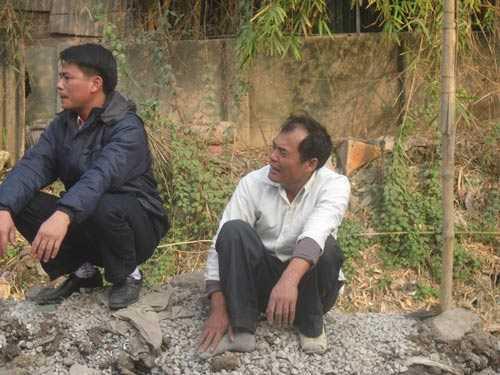 Bố của em Huế (ảnh phải) khóc lịm người khi biết tin con bị chết cháy