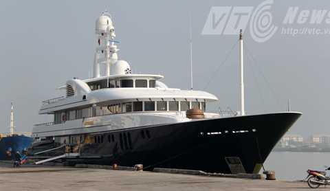 Siêu du thuyền Archimedes trên cảng Sông Hàn (Đà Nẵng)