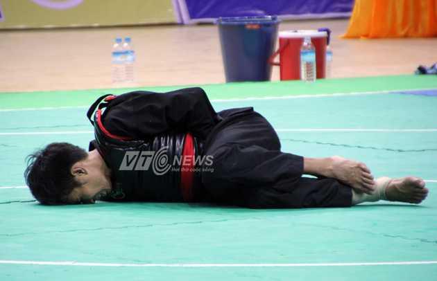 VĐV  Awaluddin đau đớn nằm sân (Ảnh: Hà Thành)