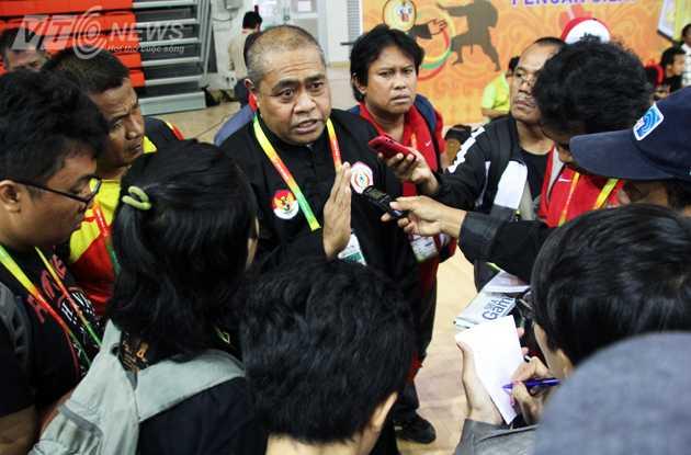 HLV Taslim Azis của Indonesia không giấu được sự căm phẫn (Ảnh: Hà Thành)