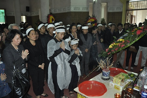 Hai con trai chị Huyền làm lễ bên di ảnh mẹ