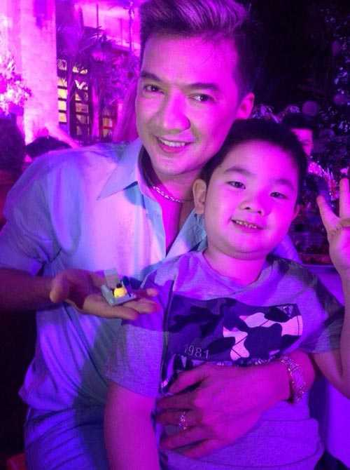 Đàm Vĩnh Hưng đăng tải những bức hình vui vẻ, ấm áp trong bữa tiệc sinh nhật Dương Triệu Vũ.