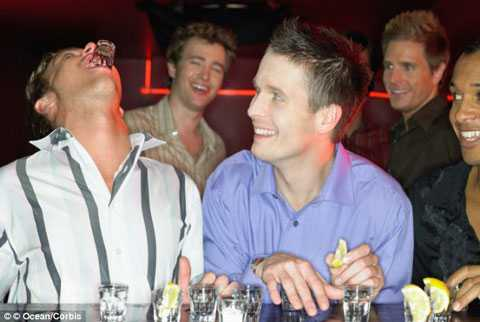 Thanh niên uống rượu pha nước tăng lực có nguy cơ tử vong vì ngộ độc