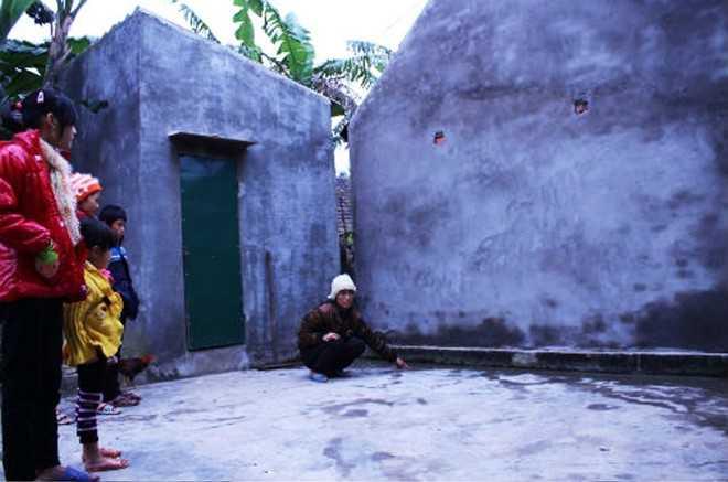 Chị Thủy chỉ hiện trường nơi con gái mình đang chơi ở sân nhà mà bị tường hàng xóm đổ đè chết.