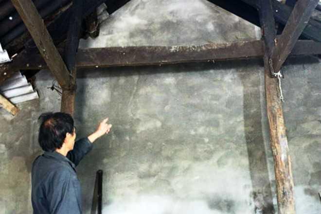 Ông Vệ chỉ bức tường cũ (đã được xây lại) đổ sang sân nhà hàng xóm khiến cháu Anh tử vong.