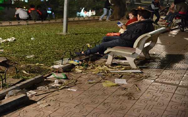 Đôi bạn trẻ đi chơi đón năm mới ngay dưới đống rác giữa thủ đô