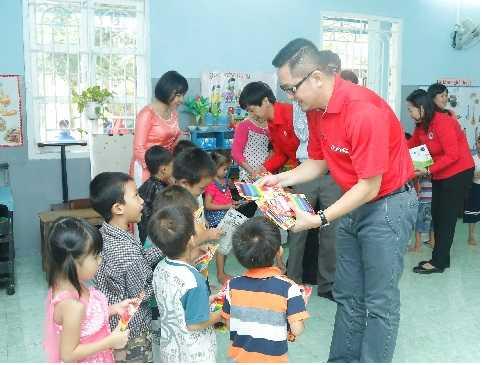 """Ông Nguyễn Khoa Mỹ - Giám đốc Đối ngoại và truyền thông Coca-Cola Việt Nam cho biết: """"4 ngôi trường được xây mới và tu sửa, nâng cấp là nỗ lực của chúng tôi trong việc xây dựng trường cho các cháu có điều kiện học tập. Quan trọng không kém là khi có bão, lũ lụt thì những ngôi trường này sẽ trở thành trung tâm lánh nạn cho người dân ở gần trường cũng như ở các vùng dễ bị tổn thương do thiên tai""""."""