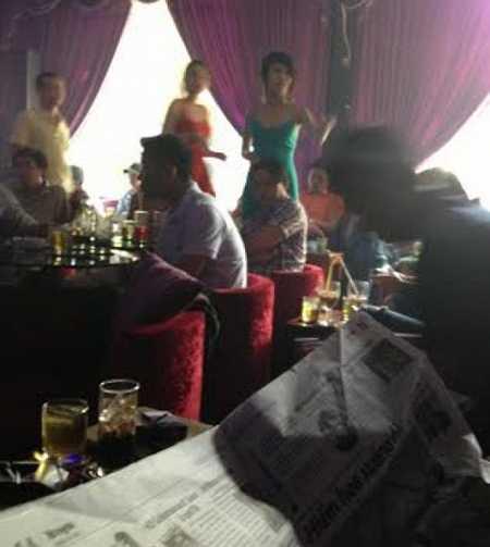 Các cô gái thường xuyên nhận được những lời đề nghị khiếm nhã của đám khách choai choai.