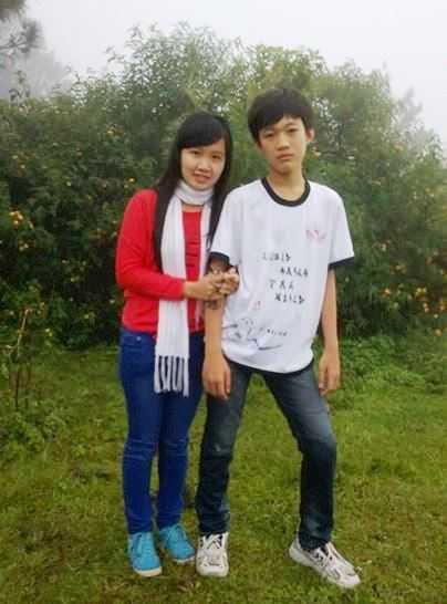Trần Thế Hoàng Phước - tác giả bài thơ gây sốt dân mạng (bên phải) được bạn bè rất yêu mến