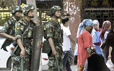 Lực lượng cảnh sát được triển khai trong vụ bạo động ở Tân Cương xảy ra hổi tháng 6 năm ngoái
