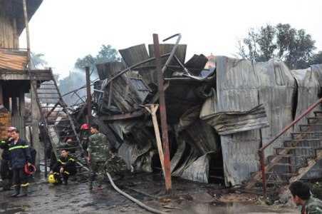Khu nhà tạm của công nhân đổ sập sau vụ cháy
