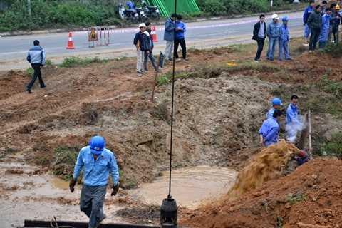 Công nhân khắc phục sự cố vỡ đường ống dẫn nước ngày 21/11 vừa qua