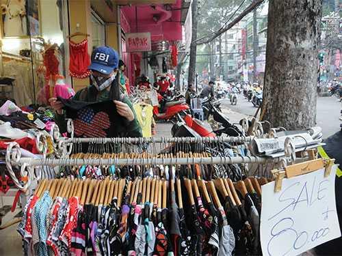 Khách mua hàng giảm giá bày bán trên vỉa hè đường Nguyễn Trãi, quận 5, TP HCM