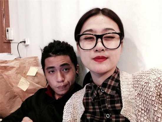 Làm mặt xấu khi chụp cùng bạn trai, Hà Lade như đang cộng thêm tuổi cho mình