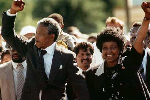 Nelson Mandela cùng vợ thứ hai, Winnie khi mới ra tù ngày 11/2/1990