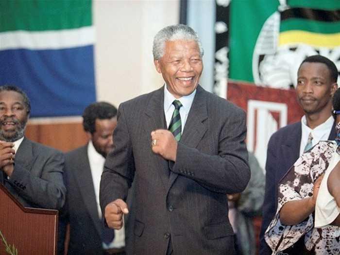 Nelson nhảy trên sân khấu khi công bố chiến thắng của ông và ANC ngày 2/5/1994 ở Johannesburg