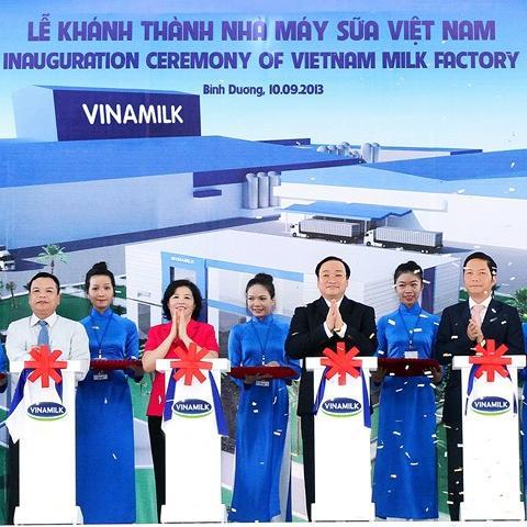 Phó Thủ tướng Hoàng Trung Hải cắt băng khánh thành Nhà máy sản xuất sữa nước hiện đại hàng đầu Thế giới của Vinamilk (Ảnh: Nguyễn Á)