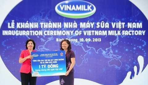 Bà Mai Kiều Liên - CT HĐQT kiêm TGĐ Vinamilk trao tặng 150 ngàn hộp sữa tươi tiệt trùng Vinamilk 100%