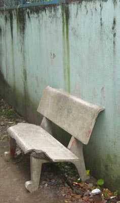 Chiếc ghế đá đặt ở ngay trước nhà - tác nhân gây ra vụ án mạng.