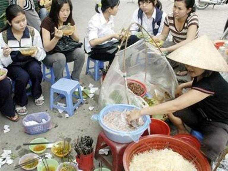 Bữa ăn ngập trong rác bên vỉa hè
