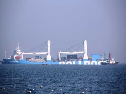 Và sáng 3/1/2014, tàu mẹ Rolldock Sea đã tự chìm để đưa Kilo Hà Nội ra ngoài