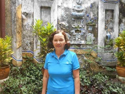 """Bà Tân Xuân, dâu đời thứ 6 nhà Tấn Ký hiện đang lưu giữ chiếc chén """"Khổng Tử""""."""