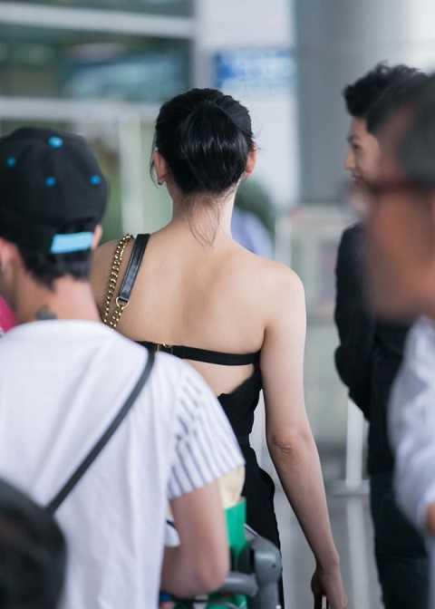 Xuất hiện tại sân bay Tân Sơn Nhất sau chuyến bay dài, Lâm Chi Khanh thu hút nhiều ánh nhìn bởi bộ trang phục khá gợi cảm và quyến rũ .
