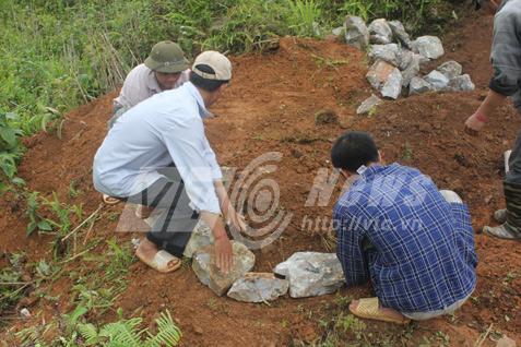 Cảnh chuyển đá xếp mộ của người Mông. Ảnh: Dương Phạm