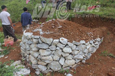Một ngôi mộ xếp đá của người Mông. Ảnh: Dương Phạm