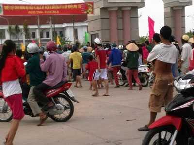 Gia đình nạn nhân Ngô Thị Nơi mang di ảnh, lư hương đến trụ sở UBND huyện Phú Tân đòi bồi thường