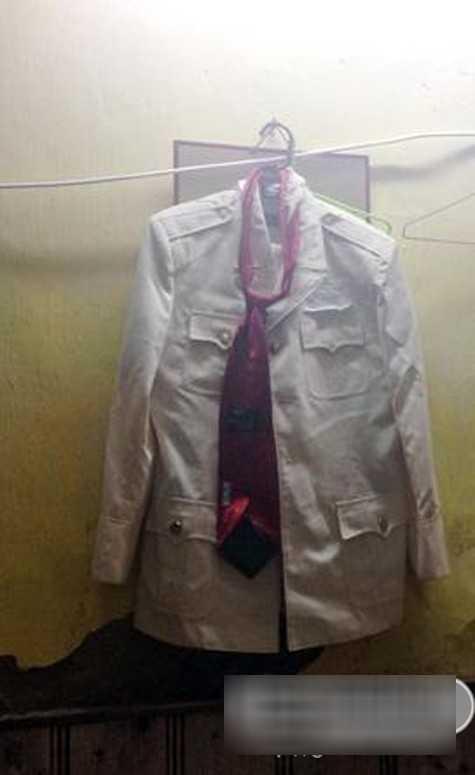 Bộ quần áo của 'chàng Xuân tóc đỏ' vẫn còn được treo ở bên ngoài.