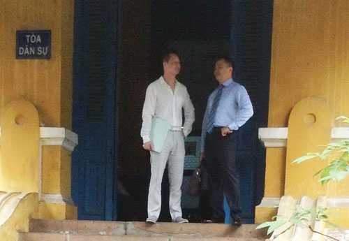 Ông An cùng luật sư chạy theo vụ kiện không mệt mỏi.