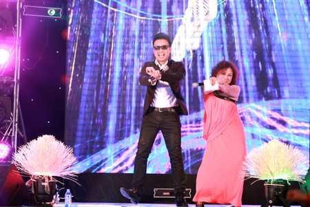 Trước yêu cầu của khán giả, Siu Black đã nhảy Gangnam Style một cách cuồng nhiệt.
