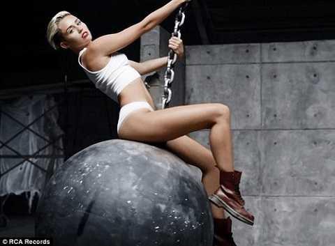 Hình ảnh Miley Cyrus trong MV Wrecking Ball.