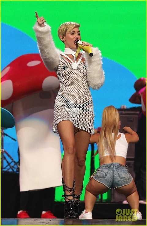 Trang phục biểu diễn được cho là quá mát mẻ của Miley Cyrus.