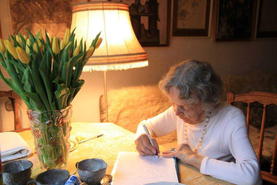 Hơn 90 tuổi, bà giáo Sofia vẫn cặm cụi bên từng trang sách