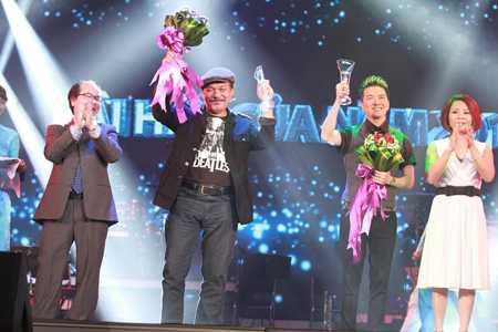 Đàm Vĩnh Hưng cùng nhạc sỹ Trần Tiến nhận giải Bài hát của năm cho ca khúc Chiếc vòng cầu hôn